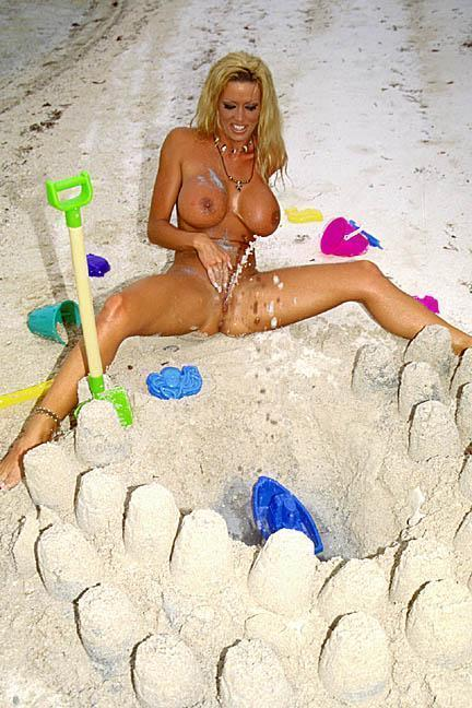 dvnt1:  Adara playing in the sand