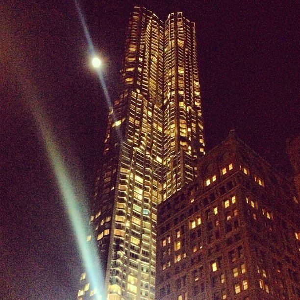 Moonlight and #Gehry on Oscar night with #87amlivefeed  (at New York by Gehry)