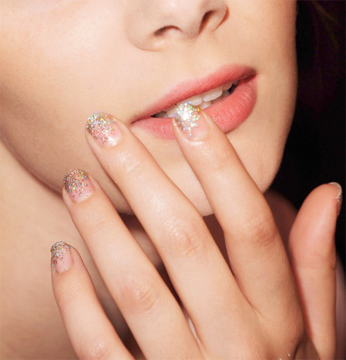 luckymag:  Glitter fade in 4 steps. Love.
