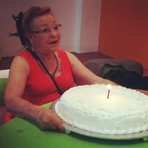 Mi abuela con su pastelito de cumpleaños. ❤🎂🎈🎁🙈 #felices75abuela #grandma #abuela #teodo #75 #75yearsold #happy #birthday #happybday #party #family #familytime #foodporn #chocolate #cake