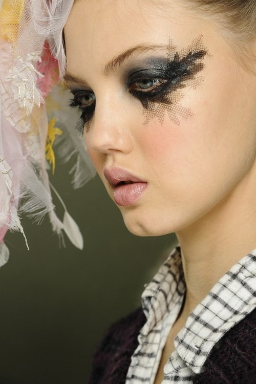 soshallo:  Lindsey Wixson backstage at Chanel Couture Spring/Summer 2013  Woah to the detail
