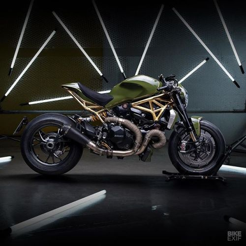How do you improve on the phenomenal Ducati Monster 1200 R? @diamondatelier used a little CAD design, a sprinkling of top-shelf hard parts, and a layer of 24K gold on the frame …