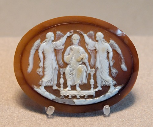 Enthroned prince crowned by two Victories. Sardonyx cameo, France (?), 13th century. From a cameo cross Jean of Berry commissioned from Hermann Ruissel for the Sainte Chapelle in Bourges ca 1416.   Prince trônant, couronné par deux Victoires. Camée, sardonyx à deux couches, France (?), XIIIe siècle. Autrefois monté sur une croix aux camées réalisée par Hermann Ruissel sur commande du duc Jean de Berry pour la Sainte-Chapelle de Bourges vers 1416. @credits