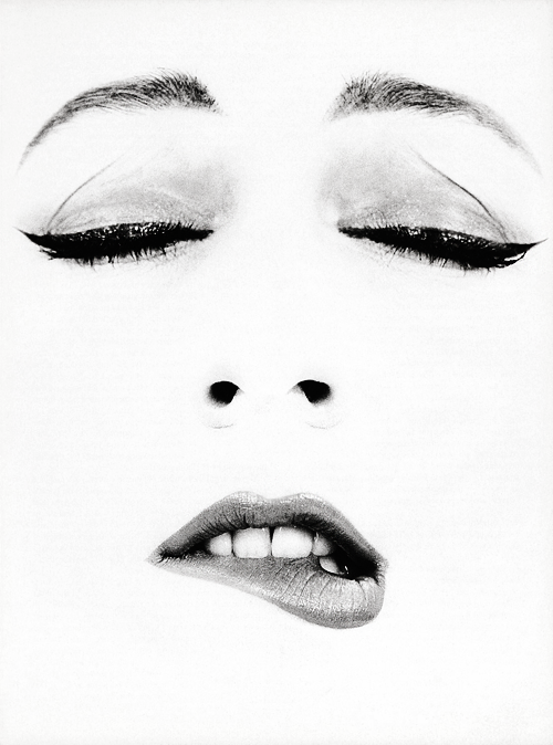 Dovima photographed by Richard Avedon c. 1950s (x)