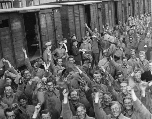 demons:  Dutch prisoners arriving in Zevenaar to return home after their stay in Germany, 1940.