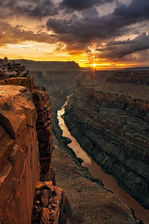 vurtual:  Classic Sunrise at Toroweap (by Guy Schmickle)