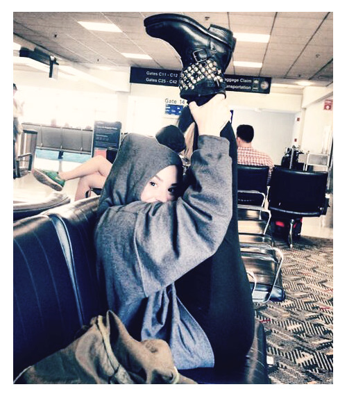demilovatas:  @ddlovato Just stretching in the airport!!