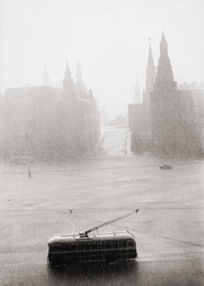 evocativesynthesis:  Tram passing the Kremlin on a rainy day. Photograph by Lisa Larsen, c.1956 (via Fragments)
