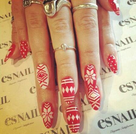 The perfect holiday nail design Instagram @esnail_los_angeles