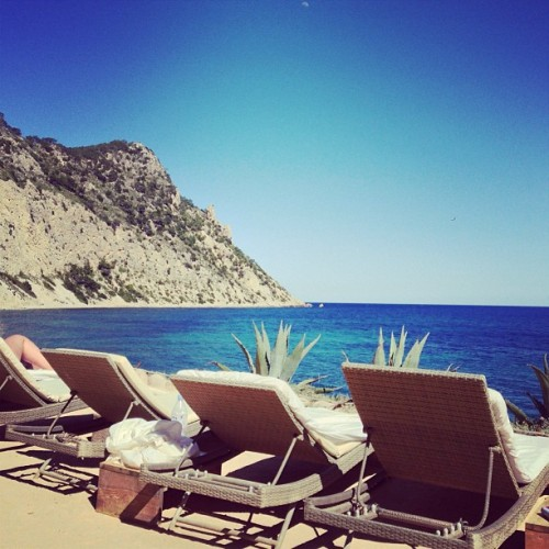 #beach #playa #club #Amante #Ibiza #relax #chill #sun #sea #blue #drinks #fun #vacaiones #holidays #sol #instapic #instacool #instagood #instalike #photo #photography  (at Amante Beach Club Ibiza)