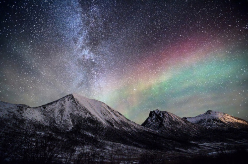 galaxyshmalaxy:   arctic nightsky (by John A.Hemmingsen)
