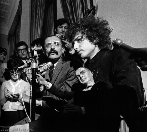 updownsmilefrown:  Bob Dylan at a press conference, George V Hotel. Paris, 1966. by Barry Feinstein