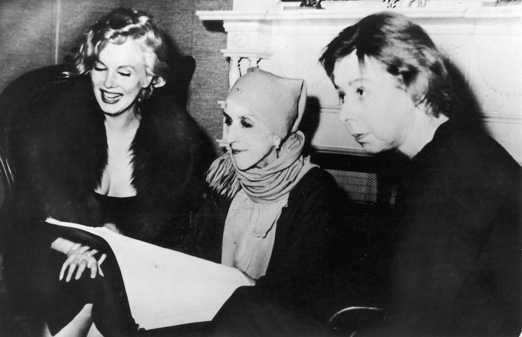 Isak Dinesen reads with Marilyn Monroe and Carson McCullers. awesomepeoplehangingouttogether:  Marilyn Monroe, Karen Blixen-Finecke (aka Isak Dinesen) and Carson McCullers, February 5, 1959