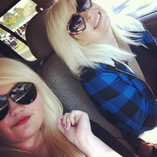 fun girl's day today  😊 #blonde #girls #bestfriends #sunglasses #hellocodyy @lindsaroo251