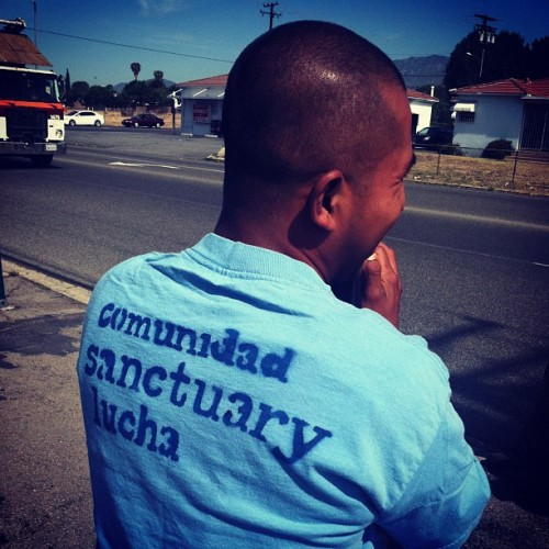 Bustin' out the old Arrow and Grove t-shirts. 👕 #comunidad #sanctuary #lucha (at Arrow y Grove)