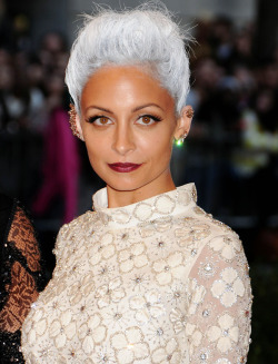 searchingforknowledge:  HIIIIII NICOLE RICHIE. I LIKEEEEEEE  Damn Gurrl looking like an Alien.