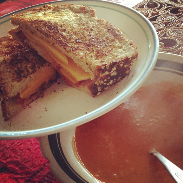 Grilled #cheese #sandwich with sautéed #tomatoes and #onions with a bowl of #Tomato #Basil #soup. #foodporn #yum #food #gaycooking #cooking #grill #summer #winter #afterwork #lunch #whatsadiet #gay #unf (at Heaven)