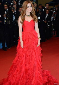 tallgirltales:  Party Dress du Jour: Isla Fisher in a gorgeous Oscar de la Renta gown at the Great Gatsby premiere + Cannes Film Festival Opening Ceremony. She finished the look with a Bulgari Heritage statement necklace.