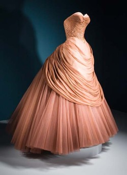 ballgownsandpetticoats:  Dress designed by structural gown designer, Charles James, circa 1951.
