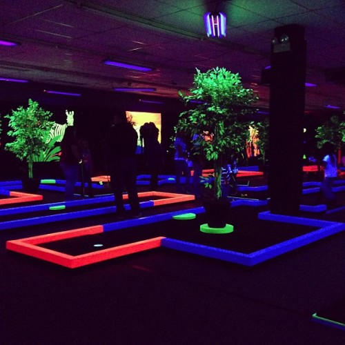 Happy Birthday Ryan! #trippy #glowputt (at Glow Putt)