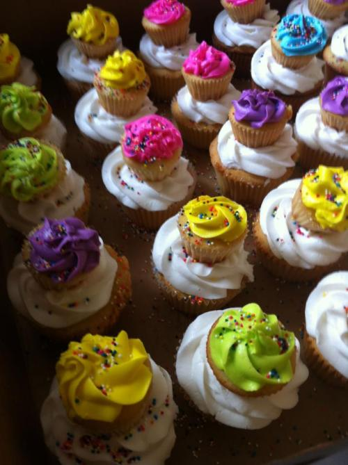 lickypickystickyme:  Cupcakes to decorate your cupcakes.  I want, no, need to duplicate this in my own life.