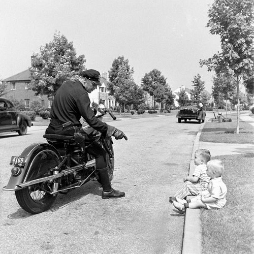 collective-history:  A policeman chatting with toddler boys. Garden City, NY, 1942, by Alfred Eisenstaedt  Clearly these two are up to no good. More work by Eisenstaedt here.