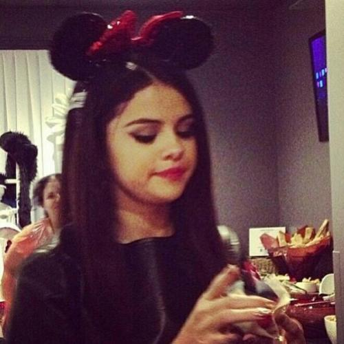 selgomez-news:  Selena backstage eating a cupcake!