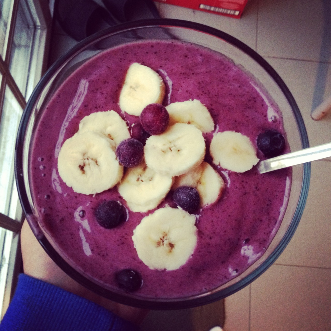 onehappyvegan:  Banana Berry Smoothie Bowl 4 frozen bananas  1 cup frozen blueberries 1 date topped with more banana!