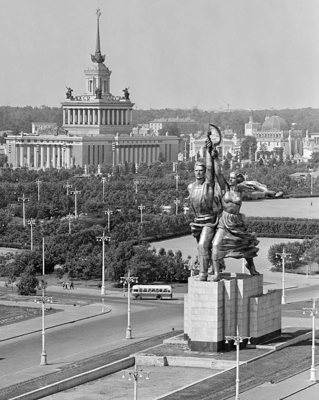 Moscow (1959) #moscow#1950s#soviet union#soviet#ussr#russia#history#photography#vintage#retro #black and white