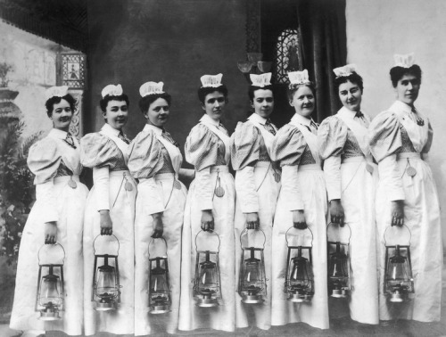 thankyounurses:  Nurse throwback Thursday: Night rounds with kerosene lanterns, 1899.