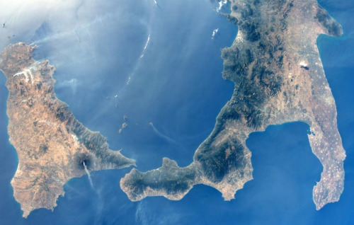 Mt Etna and Stromboli erupting the same day, from the ISS. Taken by Alexander Gerst, check out @Astro_Alex for more.
