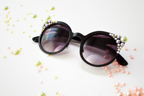 A way to update old sunnies and make they oh so chic? Add some pearls! Check out this cute Pearl Sunglasses DIY tutorial from Mr. Kate! Cute!
