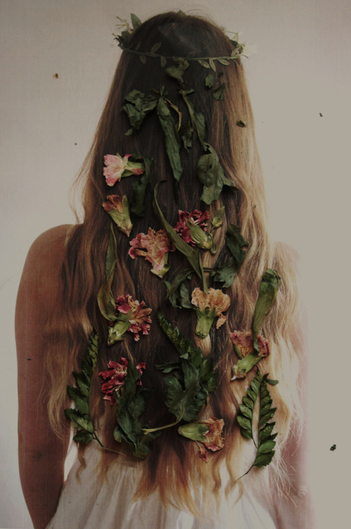 lastsixfifty:  Flowers in hair | (by Elle -)