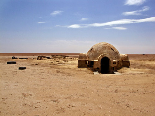 pipco:  do-nothing:  The Abandoned Star Wars Set in the Desert «TwistedSifter  おばさんちか!タトゥイーンの!