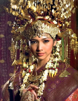 quietbystander:  The traditional wedding costume from South Sumatra (Indonesia) known as Aesan Gede.
