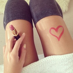 n-ood:  Got so bored so I started drawing with lipstick on my leg 😅