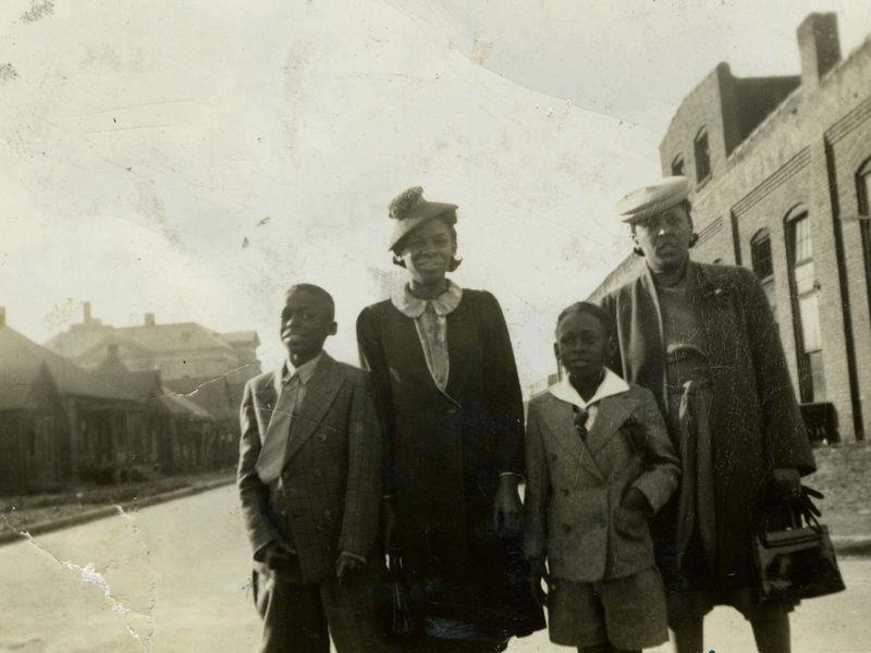 soulbrotherv2:  Miles Davis and siblings in his native East St Louis, Illinois.  Image via iRock Jazz.