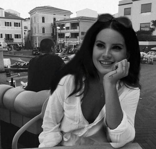 photo edit edited lana lana del rey black and white smiling beautiful queen pretty aesthetics aesthetic vintage şiir şiirsokakta şiirheryerde ahududuluvodka benimkararlarim senden kalanlarimla yalnizim meteerpeginhutamesi huzurparmakuclarinda