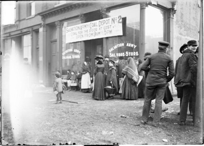 Queuing up to buy coal at cost, 1903, Chicago. LoC.gov