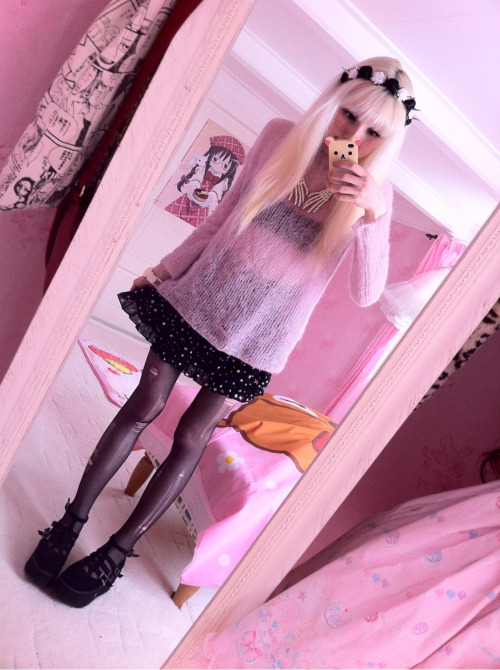 frillypinkdreams:  Tore up my tights to get a more rough look to go with my new headband ;v; thanks again, Saga! Celebrating birthday with family party today!