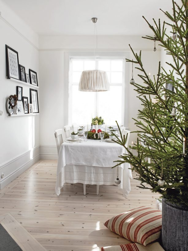 A Christmas home in Sweden. Photo by Carina Olander for Lantliv.