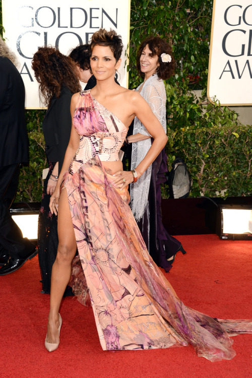 The leg is at it again BUT not Angelina's! Halle Berry in this sexy Atelier Versace gown reminds us that she is still one of the sexiest older women alive! 5 stars for Ms.Berry!