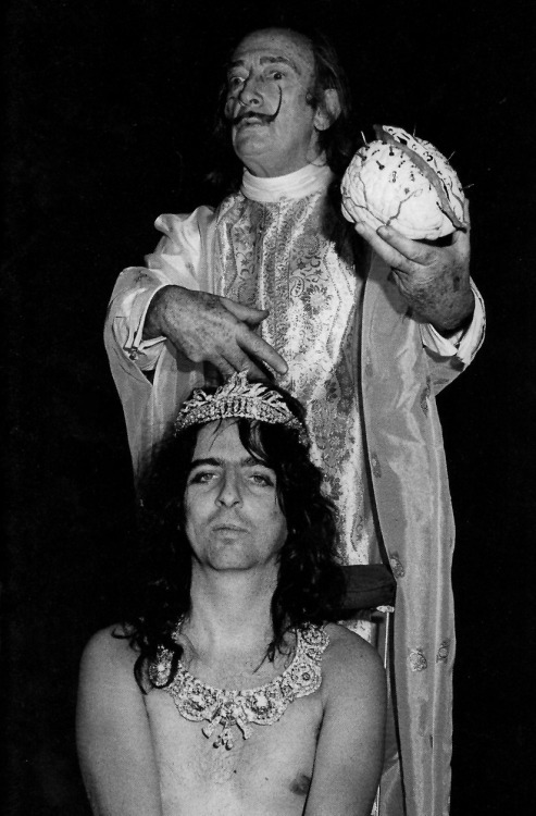 weirdvintage:  Alice Cooper and Salvador Dali, 1973 (via SuperRadNow)