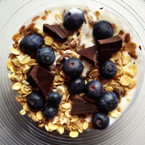 fitipedia:  After-school snack! Natural yoghurt with müsli, blueberries and a bit 70% cocoa chocolate 😊
