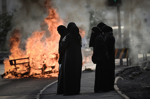 fotojournalismus:  Bahraini women shout anti-regime slogans during a rally in support of political activists held in prison in the village of Jidhafs, west of Manama on April 15, 2013. [Credit : Mohammed Al-shaikh/AFP/Getty Images]
