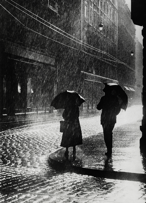 Couple standing in the rain in Berlin, 1936