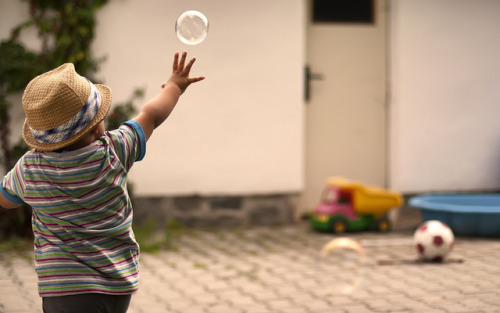 bvell:  Child Bubble Photography by d o l f i on Flickr.