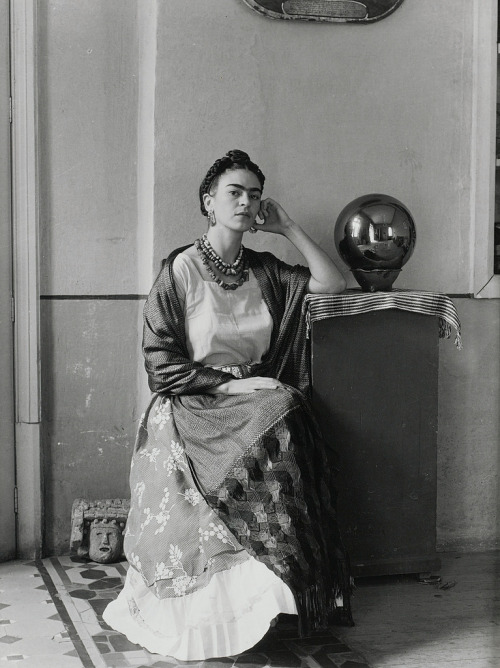 Manuel Álvarez Bravo - Frida Kahlo in the studio of the artist (1930)