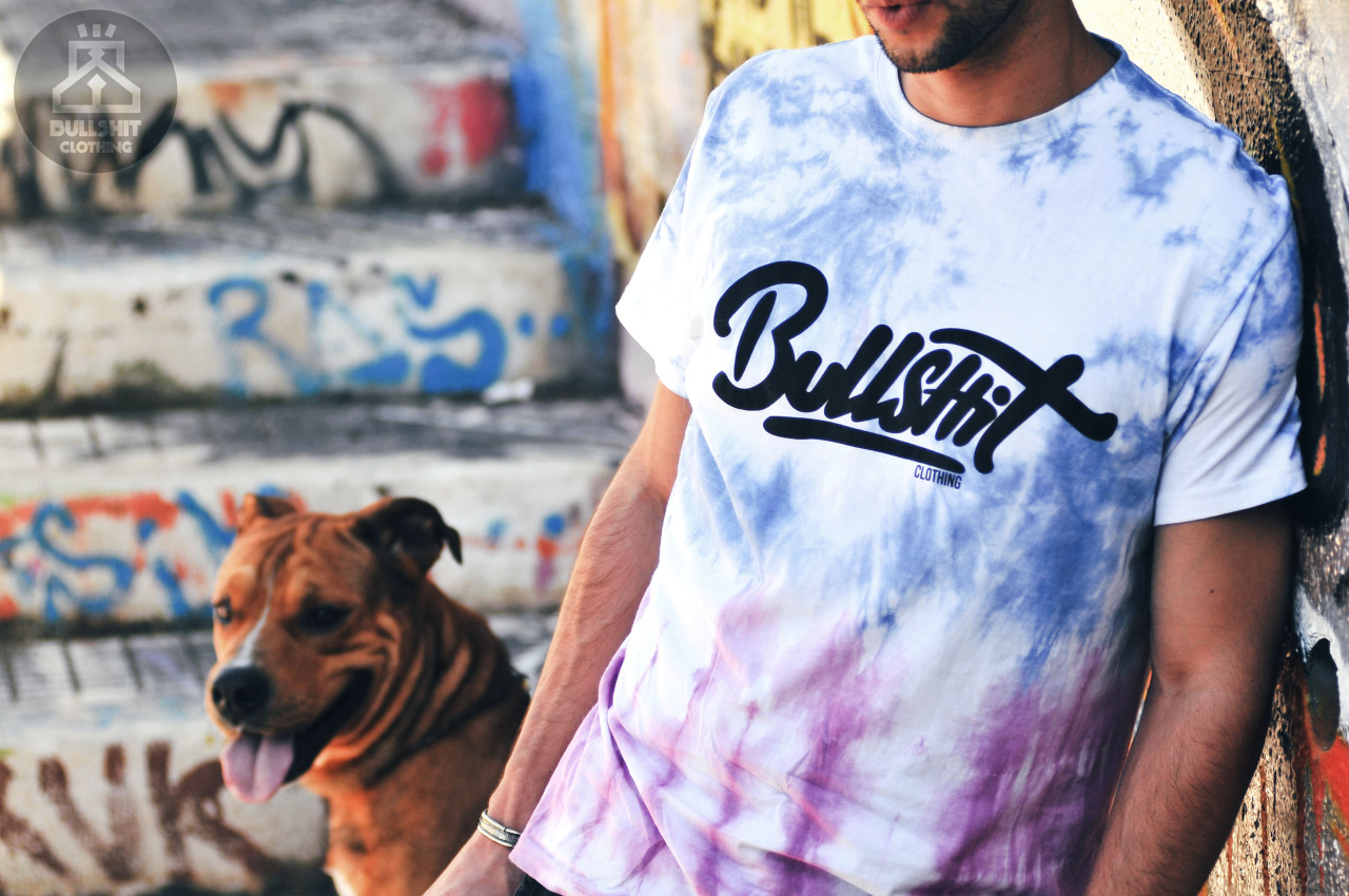 "BULLSHITclothing ""die colors"" A Bullshit clothing surge como um eco da cultura urbana do início dos anos 2000, adaptado aos ideais e necessidades da rua atual.Nascida no Sul de Portugal, com espírito Algarvio e pela paixão e vontade de quem já fazia dela uma forma de estar.É activa sem deixar de ser relaxada, vanguardista mas não elitista, destemida sem ser desrespeitosa e até revolucionária sem perder um lado conservador.A Bullshit é uma marca, sim. Mas quer espalhar-se como uma atitude dentro dos que a representam.A Bullshit interessa-se por: hip-hop, graffiti, arte urbana, pessoas boas, pessoas más, ela própria, boas cenas, coisas sem sentido, nada.""""Bullshit Clothing appears like an echo of the urbane culture of the 2000's, but adapted to the ideals and attitude of the streets of nowadays.Borned in the South of Portugal, with the spirit of Algarve and by the passion and will of who already made it as a lifestyle.It's active without being relaxed, avant-garde but not elitist, fearless without being disrespectful and even revolutionary without loosing the fogy side.Yes, Bullshit is a brand. But wants to spread like an attitude inside of the ones who wear it.Bullshit cares about: hip-hop culture, graffiti, street art, good people, bad people, Itself, nice stuff, nonsense things, nothing.""  SUPPORT the BULLSHIT at: www.facebook.com/bullshitclothing"