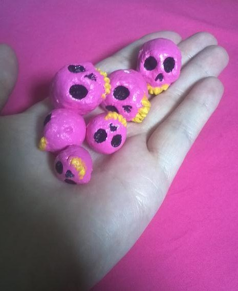 I also made those beads I had in those noodle drawings. I am actually surprised I managed to mix the right colour of pink o_o that shits not easy